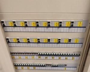 Uudempi sähkökeskus varustettuna vikavirtasuojilla ja johdonsuoja-automaateilla
