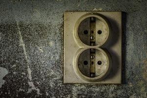 Vanha likainen pistorasia voidaan korvata uudella puhtaalla edullisesti
