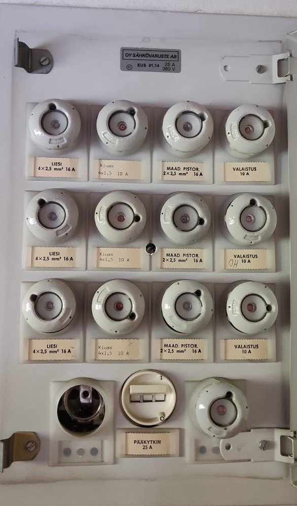 Vanha sähkökeskus tulppasulakkeilla